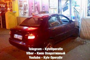 У Києві таксист протаранив продуктовий магазин