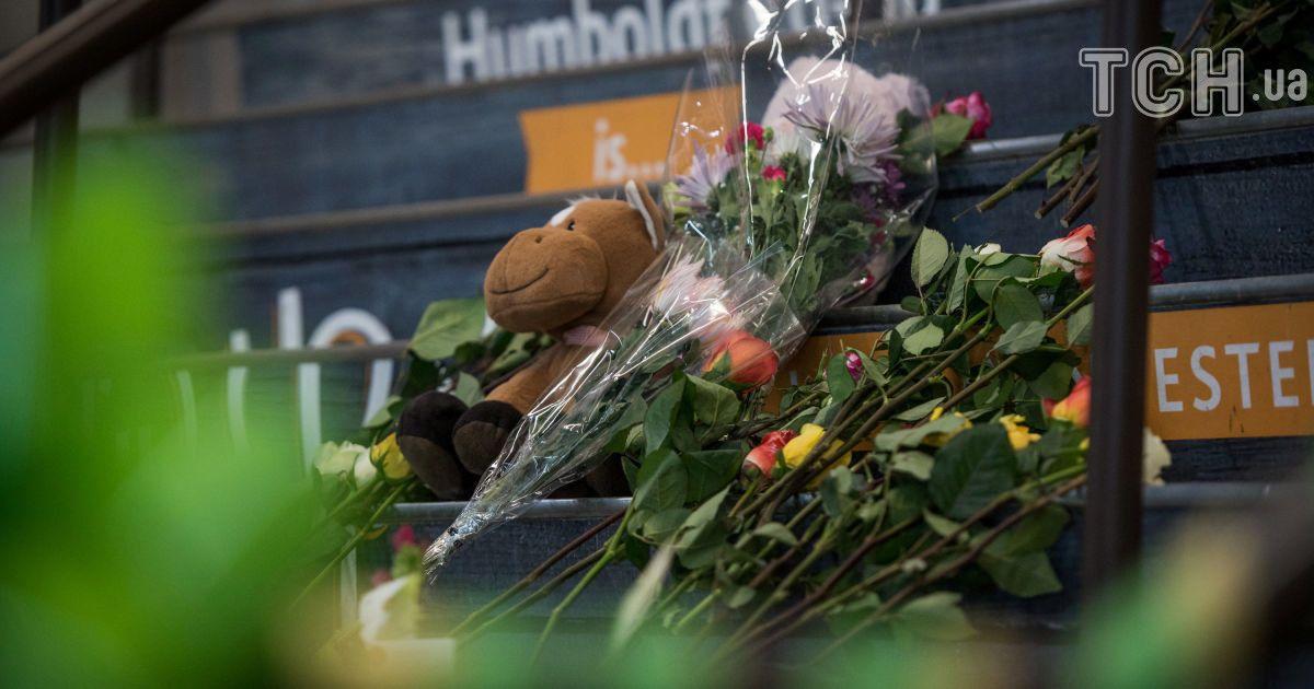 До места тренировки команды несут цветы @ Reuters