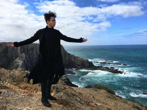 Увесь у чорному на тлі океану: MELOVIN у Португалії знімає візитівку для Євробачення