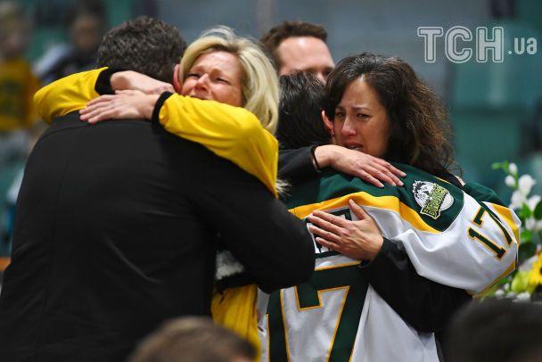 Заплаканные люди заполонили хоккейную арену в Гумбольдте. Почтить память погибших спортсменов приехал и Трюдо