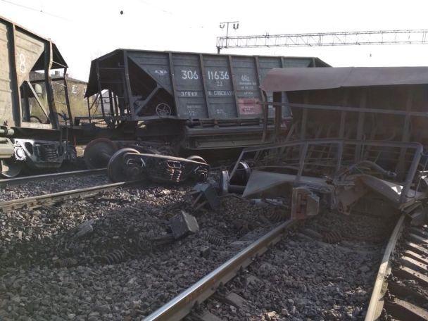 На Львівщині перекинувся вантажний поїзд, заблокувавши рух пасажирських потягів