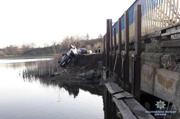 Под Запорожьем легковушка спассажирами слетела возеро