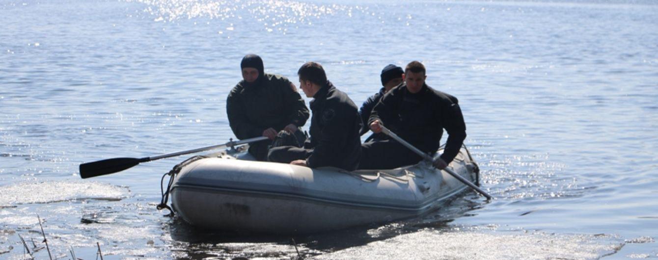 У Києві троє чоловіків перекинулись на човні біля Жукового острова і зникли