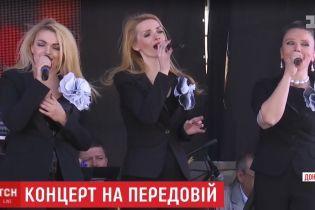 На окраине Авдеевки под носом у боевиков украинские артисты устроили концерт