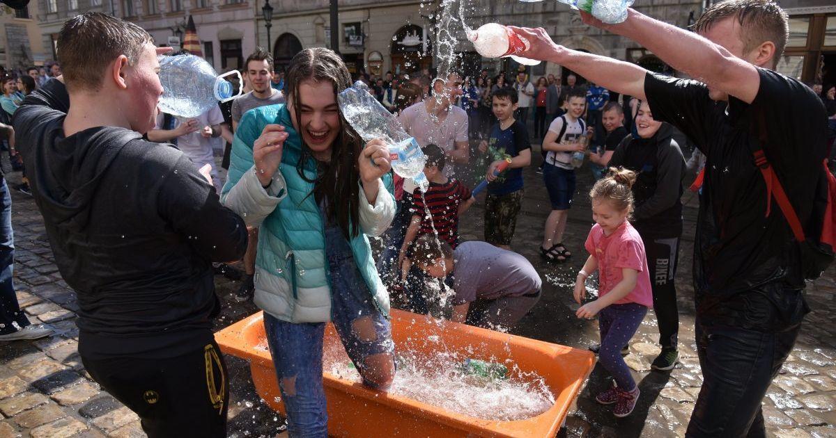 В центре Львова устроили массовое обливание водой