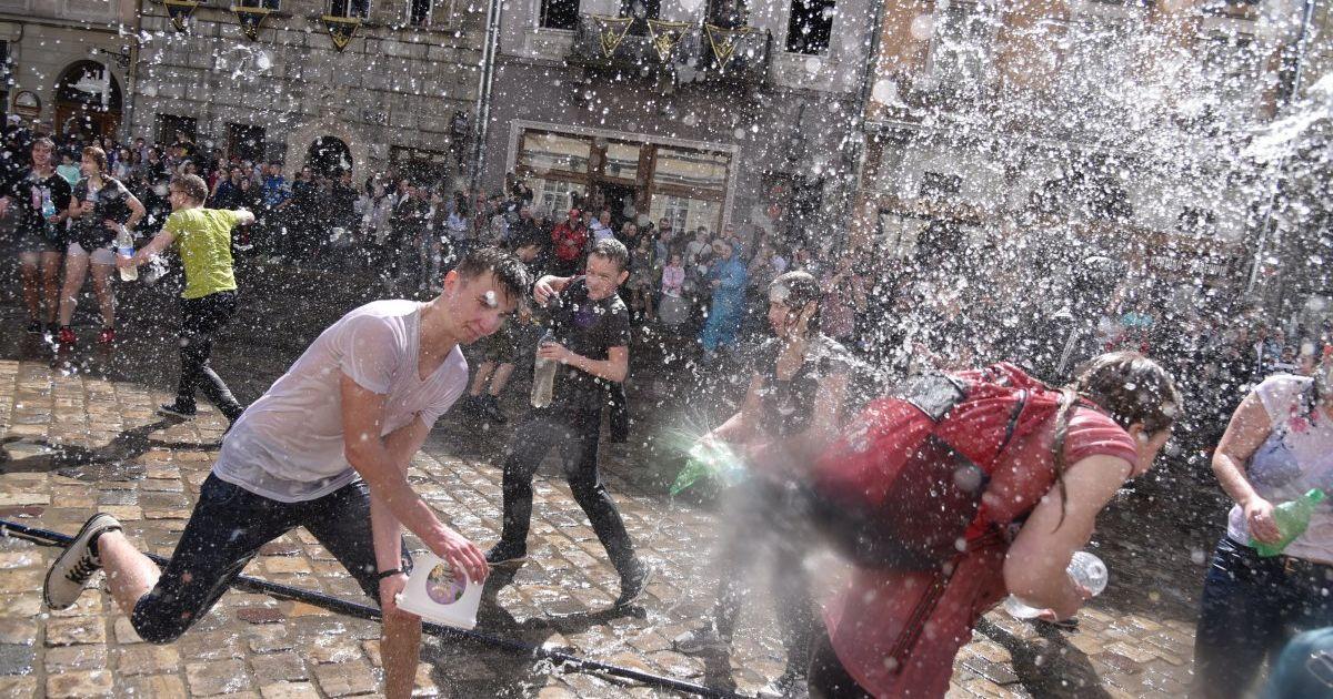 В обливаний понеділок у Львові організували масове поливання. Для цього  облаштували спеціальний майданчик - на площі Ринок. Про це йдеться в сюжеті  програми ... 073572586525d