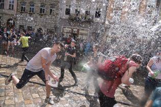 У центрі Львова влаштували масове обливання водою