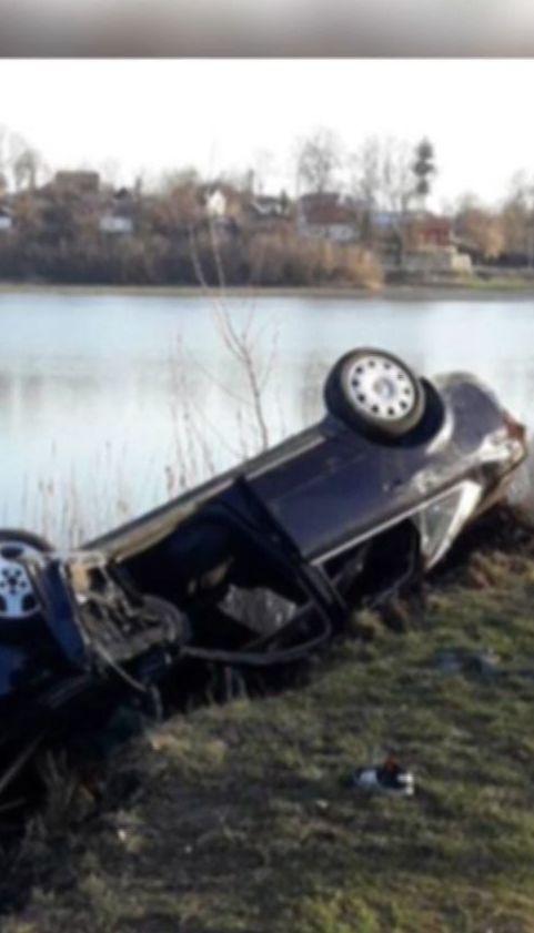 На Тернопільщині дівчина вижила після того, як авто злетіло в озеро