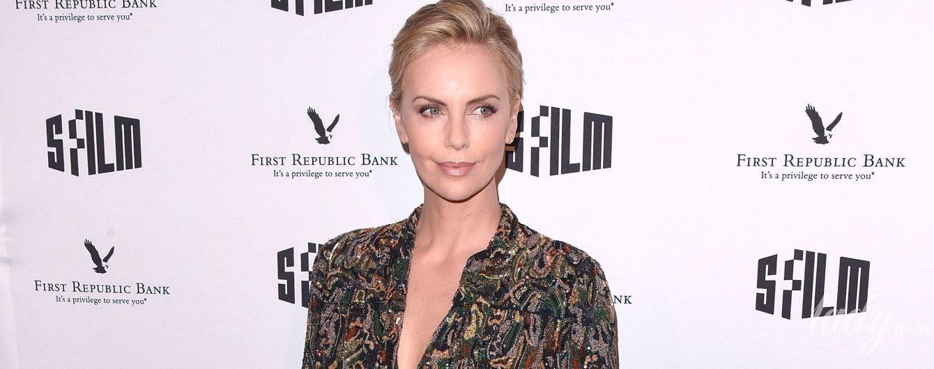 В кожаных шортах и блузке с глубоким декольте: эффектная Шарлиз Терон на кинофестивале в Сан-Франциско