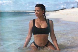 Загорелая Ким Кардашян в мини-бикини опубликовала фото с отдыха