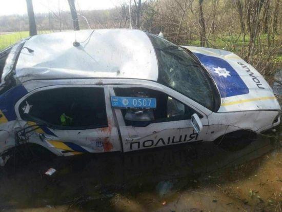 На Закарпатті п'яні поліцейські на службовому авто влаштували аварію і намагались втекти з місця ДТП - ЗМІ