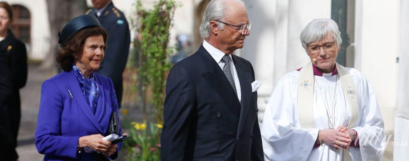 В ярком костюме и черной шляпе: королева Сильвия с супругом посетила памятное мероприятие