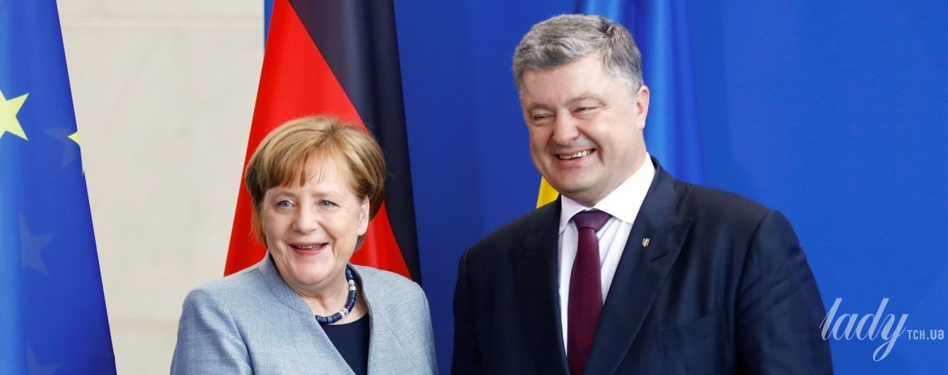 В голубом жакете и экстравагантном ожерелье: Ангела Меркель встретилась с Порошенко
