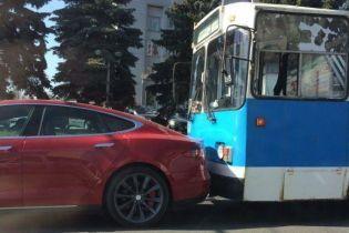 Столкновение времен. В Виннице троллейбус догнал электрокар Tesla
