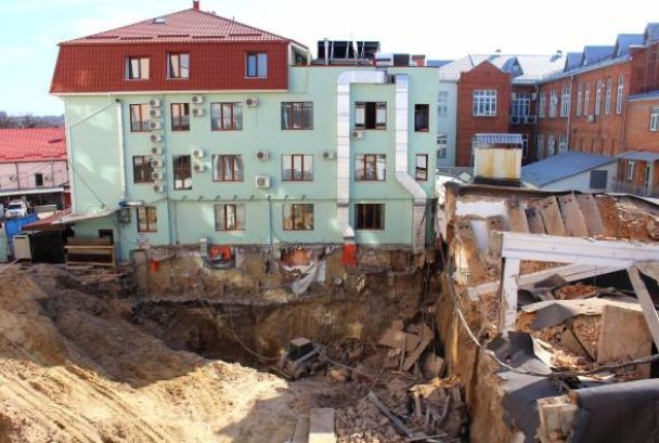 У Вінниці під час будівельних робіт стіна старої будівлі привалила трьох людей