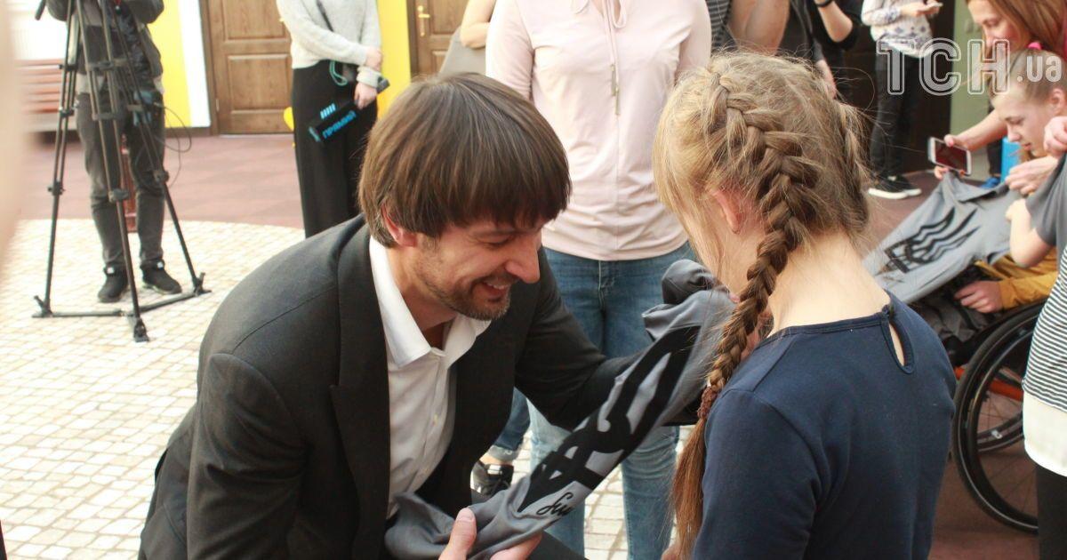 Олександр Шовковський потанцював з дітьми, які мріють стати паралімпійцями. @ ТСН.ua