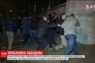 В Киеве люди повалили забор и подожгли вагончики застройщика