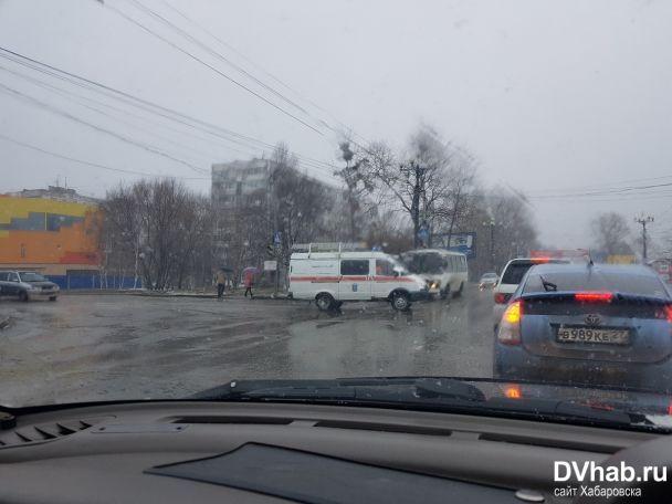 В российском Хабаровске вертолет упал на одну из улиц, есть погибшие