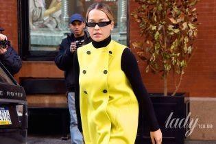 В ярком наряде и с отросшими корнями: Рита Ора в объективах нью-йоркских папарацци