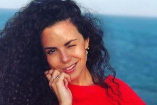 В алом платье и без макияжа: Настя Каменских вышла на прогулку