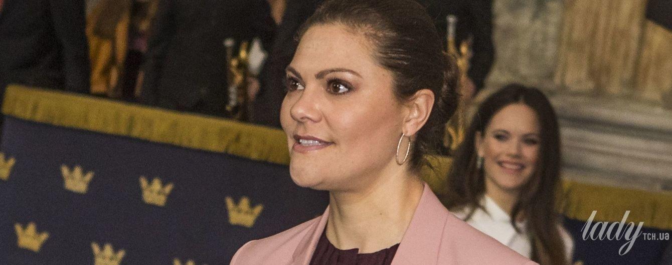 В элегантном костюме: стильная кронпринцесса Виктория на форуме в Стокгольме