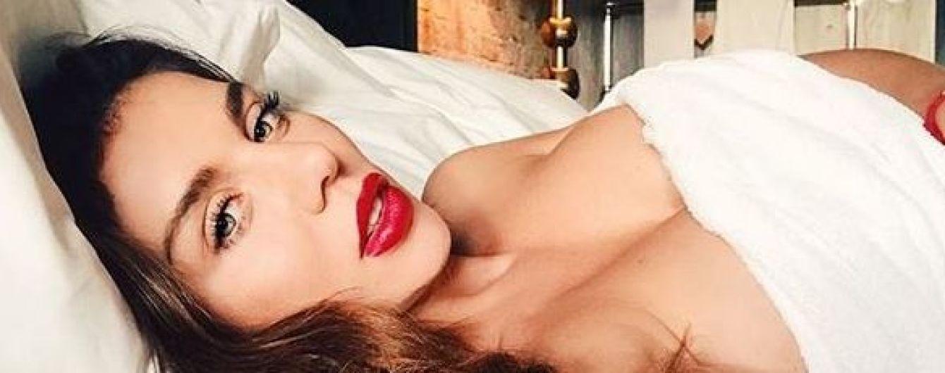 В смокинге с откровенным декольте: Анна Седокова продемонстрировала сексуальный образ
