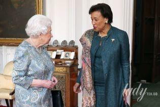 В платье с принтом и с жемчужными украшениями: элегантная королева Елизавета II на аудиенции
