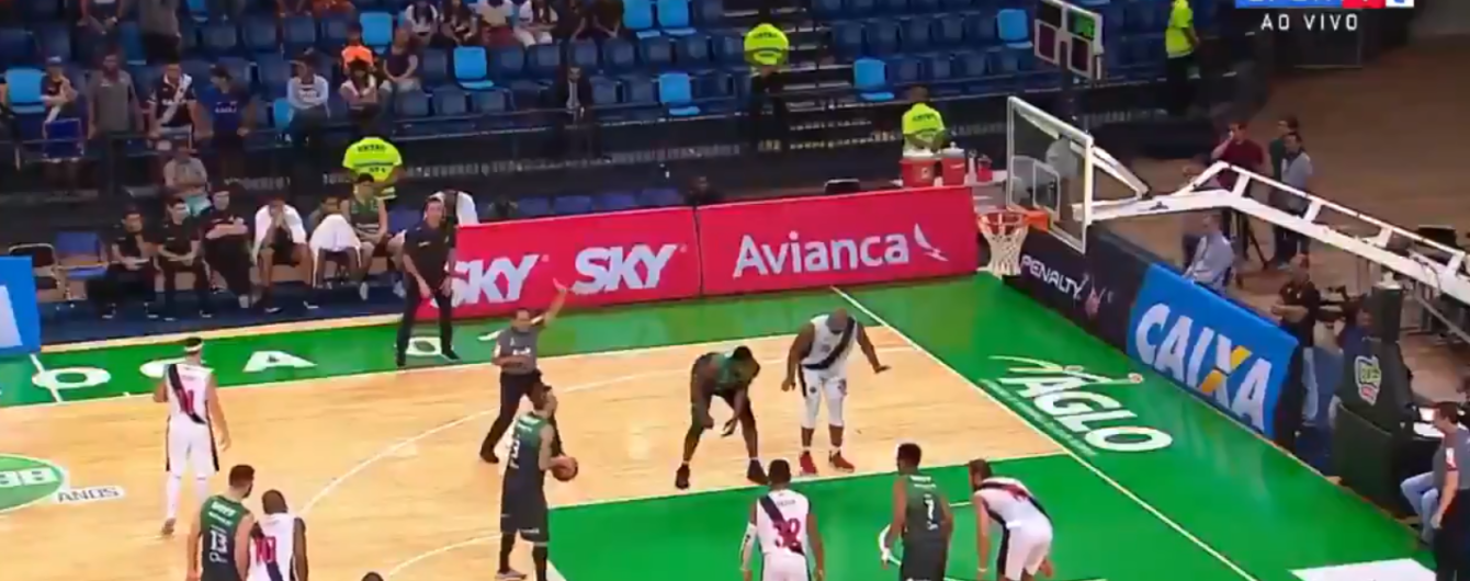 Бразильский баскетболист неудачно исполнил штрафной бросок и принес своей команде победу