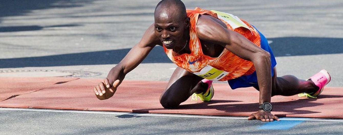 На коленях к финишу. Кенийский бегун вдохновил соцсети суперподвигом