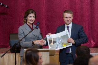 С новой прической и в старом костюме: Марина Порошенко посетила Киевскую область