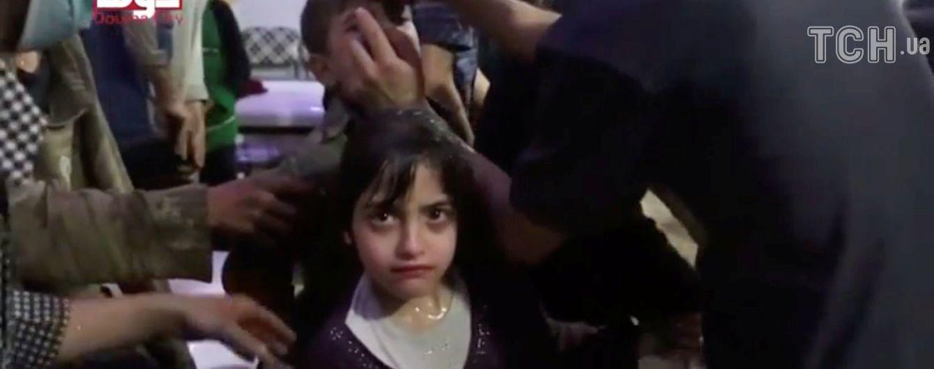 Після хіматаки у Сирії дітям давали інгалятори та обливали їх водою, щоб змити отруту