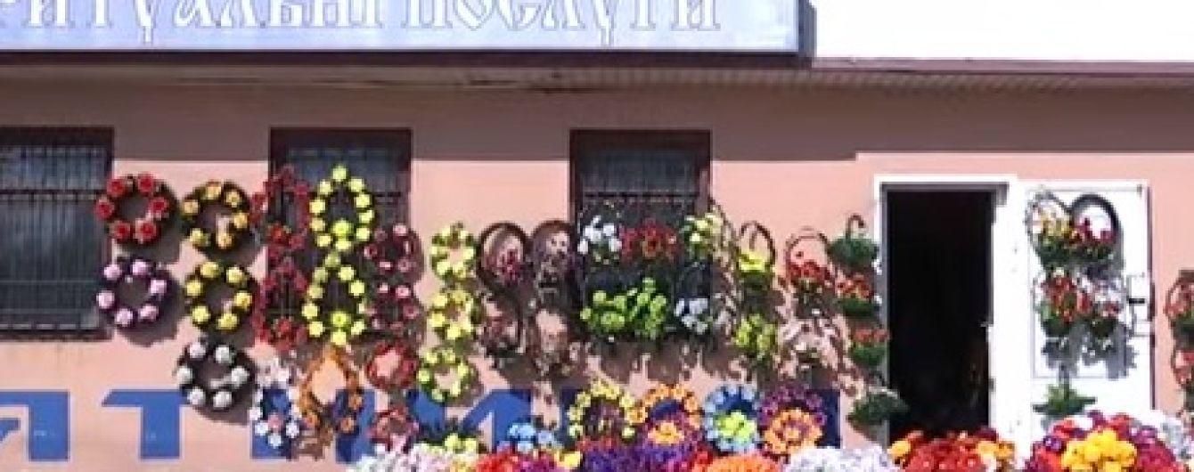 У Дніпрі перед поминальними днями влада оголосила боротьбу із продажем пластикових квітів