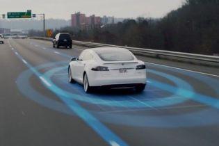 Владелец Tesla показал, как автопилот мог убить водителя