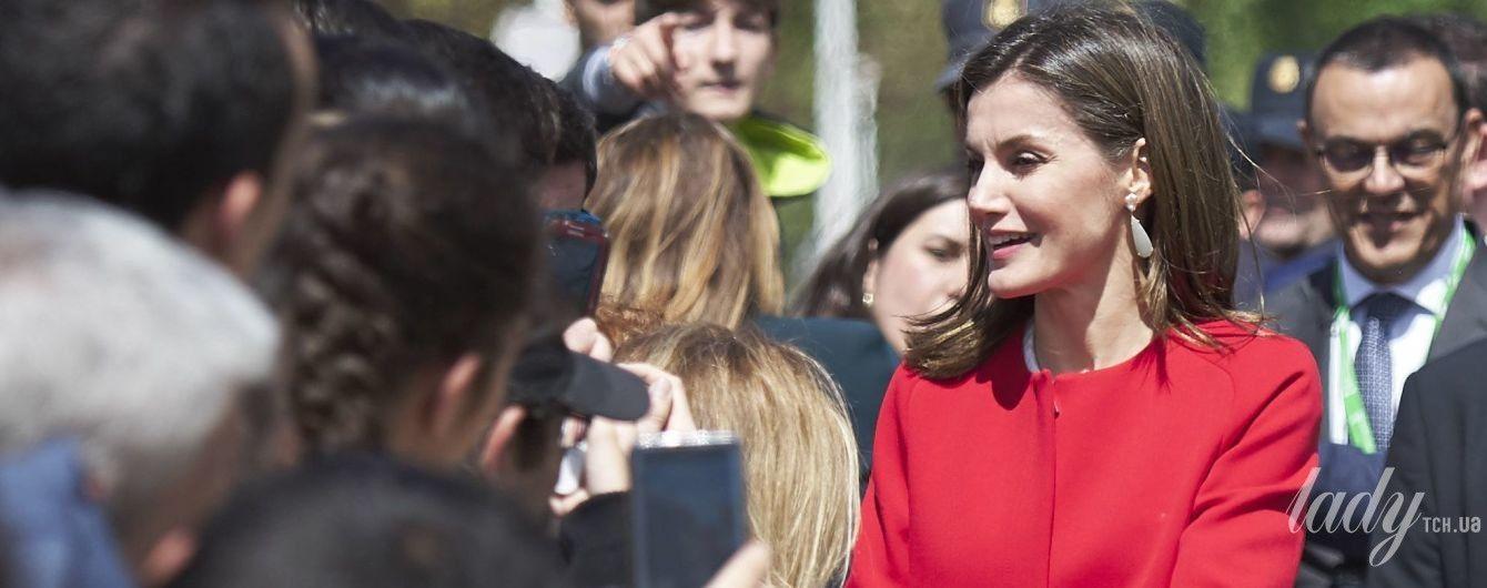 В пальто от Zara: королева Летиция появилась на публике в ярком образе
