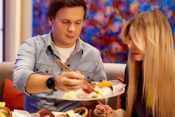 Дмитрий Комаров показал своих сестру и брата и приготовил им суши