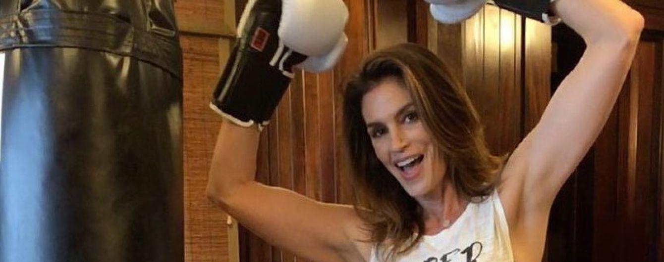 Супермама работает: Синди Кроуфорд поделилась новым снимком из спортзала