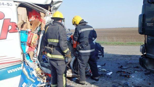 На Херсонщині вантажівка розтрощила мікроавтобус, є загиблі