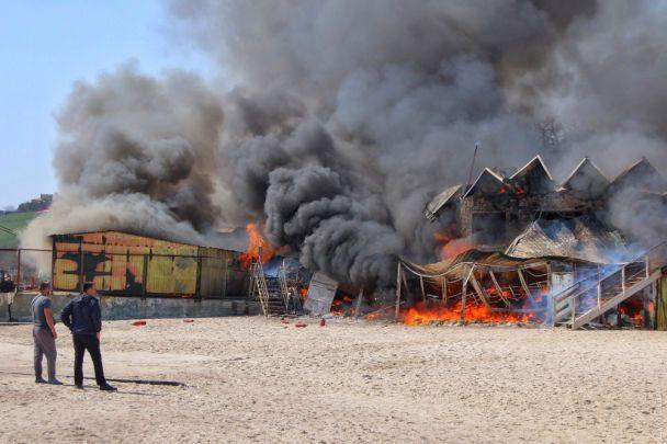 В Одессе горит пляжный ресторан. Огонь перекинулся на спасательную станцию