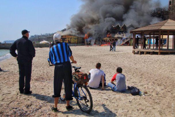 Потужна пожежа посеред білого дня сталася напляжі вОдесі