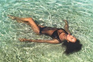 Как богиня: Ирина Шейк в новом купальнике показала, как проводит отпуск