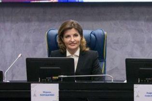 В молочной рубашке и строгом костюме: Марина Порошенко в деловом образе встретилась с детьми
