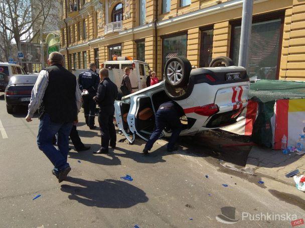 ВОдессе джип перевернул автомобиль спасателей