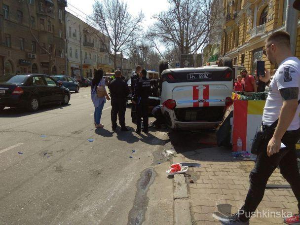 Вцентре Одессы вследствии трагедии перевернулась машина ГСЧС