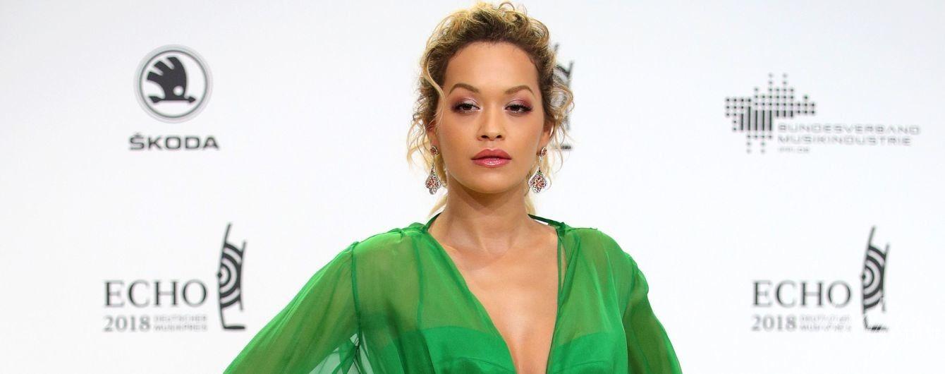 Эффектная Рита Ора в платье с высоким разрезом появилась на немецкой премии