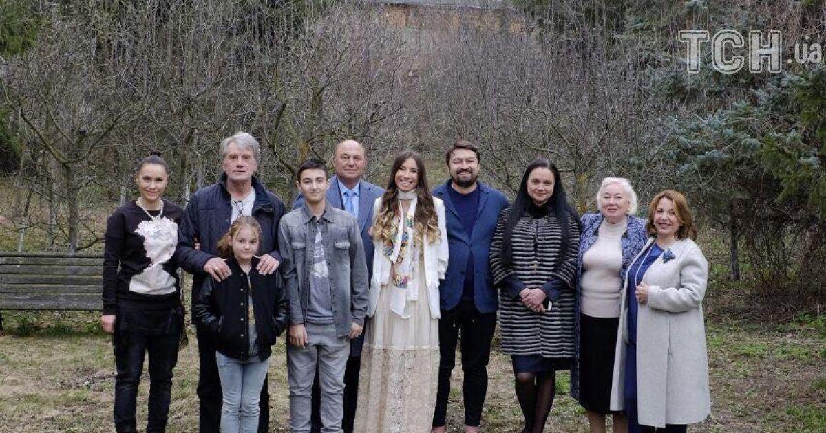 Справа наліво: Катерина Ющенко, мама Олени, сестра іменинниці, Андрій Ющенко, Олена, чоловік сестри ювілярки, Віктор Ющенко зі старшою донькою та онуками @ ТСН.ua