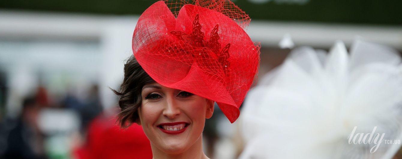 Скачки в Ливерпуле: экстравагантные шляпки, красивые платья и пестрые зонты