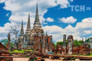 Затерянный в лесах Таиланда город поражает разрушенными дворцами и чеди-храмами