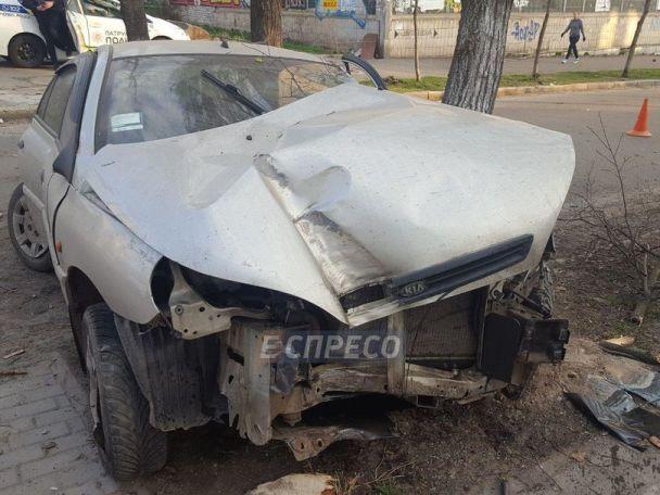 У Києві п'яний водій врізався в зупинку і зніс 2 дерева