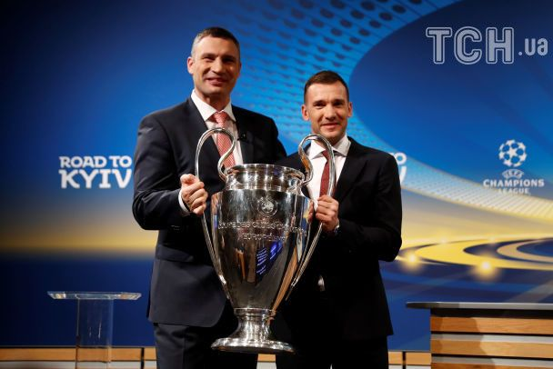 Шевченко и Кличко забрали Кубок чемпионов в Киев и пригласили всех на финал
