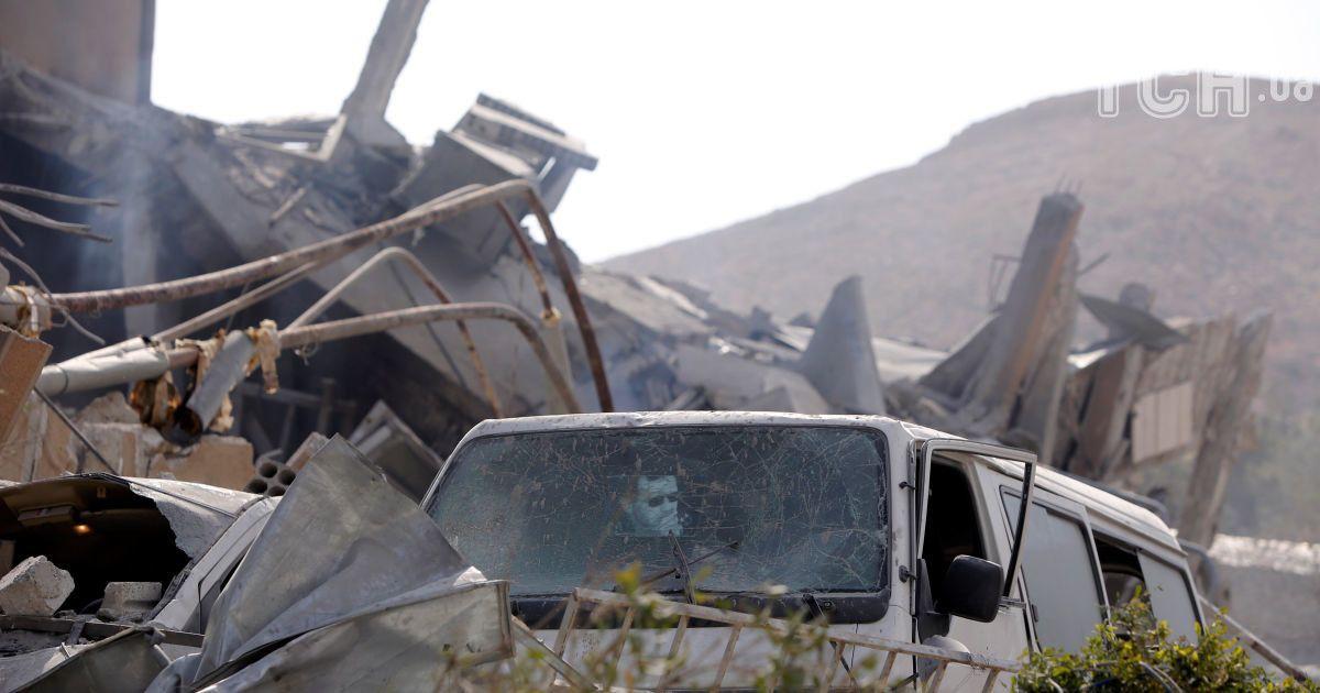 Огромные воронки на месте складов с химоружием. Появились спутниковые фото до и после удара по Сирии